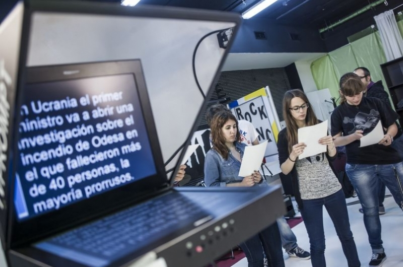 Alumnos del grado de comunicación audiovisual en el plató de televisión