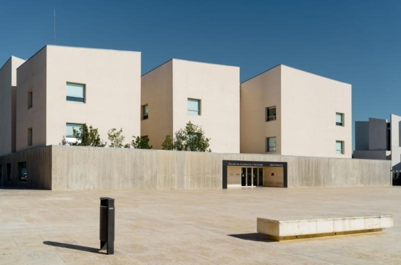 Plaza del edificio de Rectorado de la Universidad San Jorge