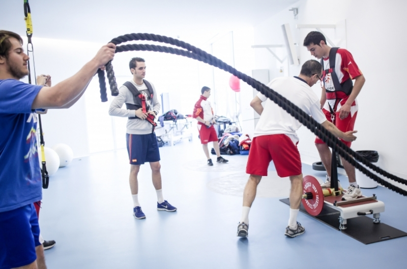 Alumnos de CAFD realizando ejercicios en la sala de valoración de la Universidad San Jorge