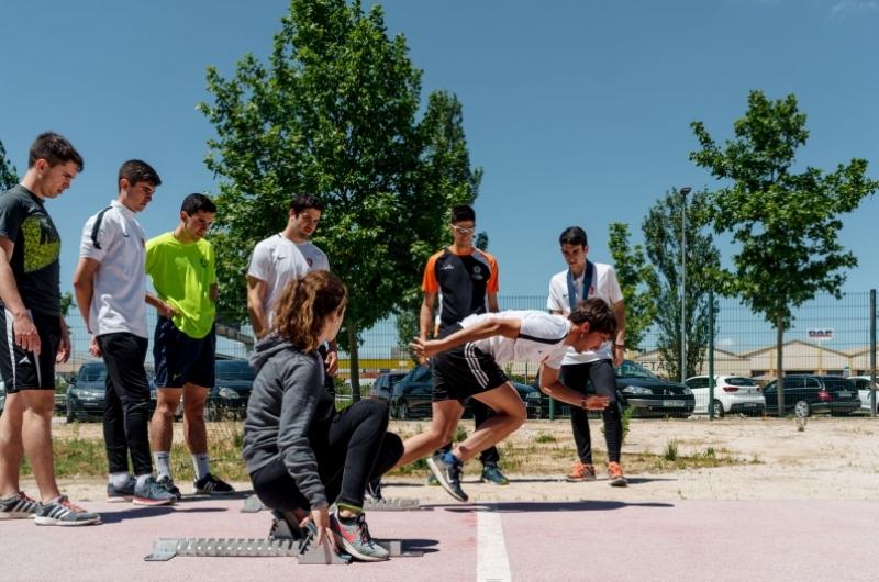Alumnos del grado de CAFD practicando atletismo en el campus deportivo de la Universidad San Jorge