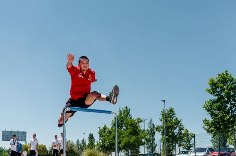 Alumnos del grado de CAFD practicando el salto de vallas en el campus deportivo de la Universidad San Jorge