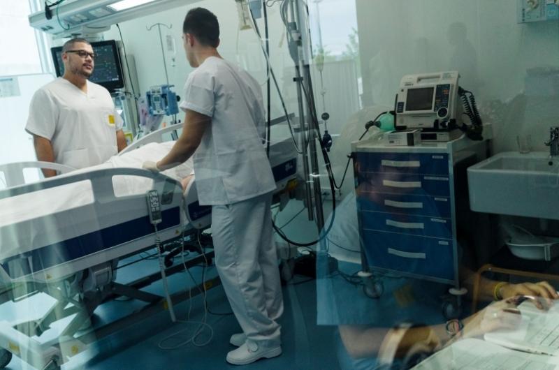Alumnos del grado en enfermería haciendo prácticas en la sala de simulación de la Universidad San Jorge