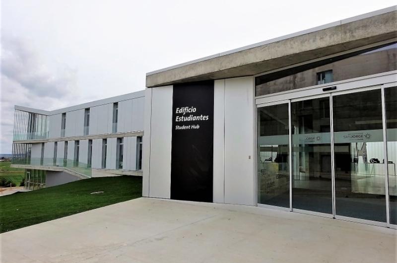 Entrada al Edificio de Estudiantes de la Universidad San Jorge