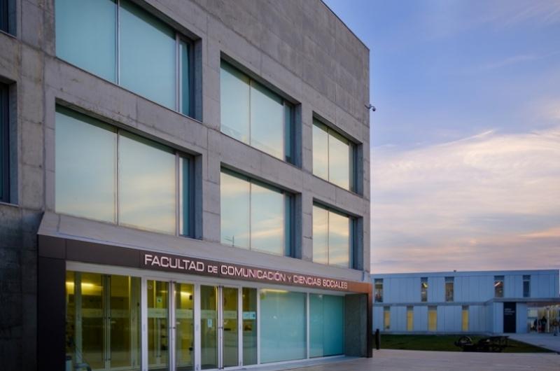 Puerta principal de la Facultad de Comunicación y Ciencias Sociales del Campus de Villanueva de Gállego
