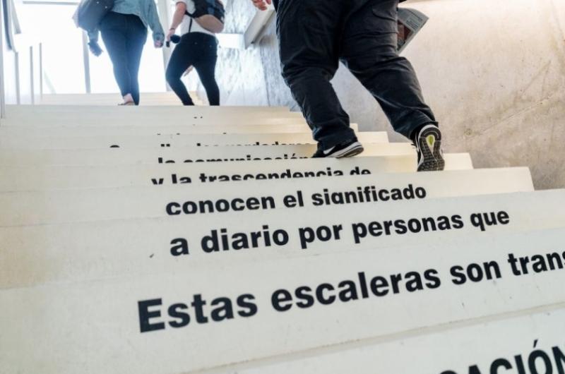 Alumnos de la Facultad de Comunicación y Ciencias Sociales subiendo por las escaleras