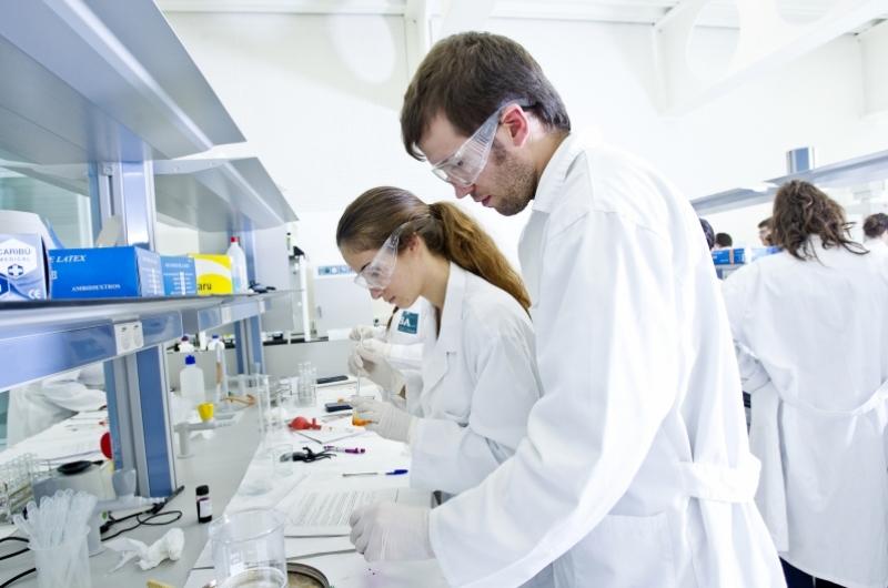 Alumnas del grado de farmacia realizando prácticas en el laboratorio de la Facultad de Ciencias de la Salud