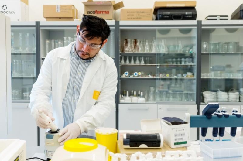 Doctor realizando investigación en los laboratorios de la Universidad San Jorge