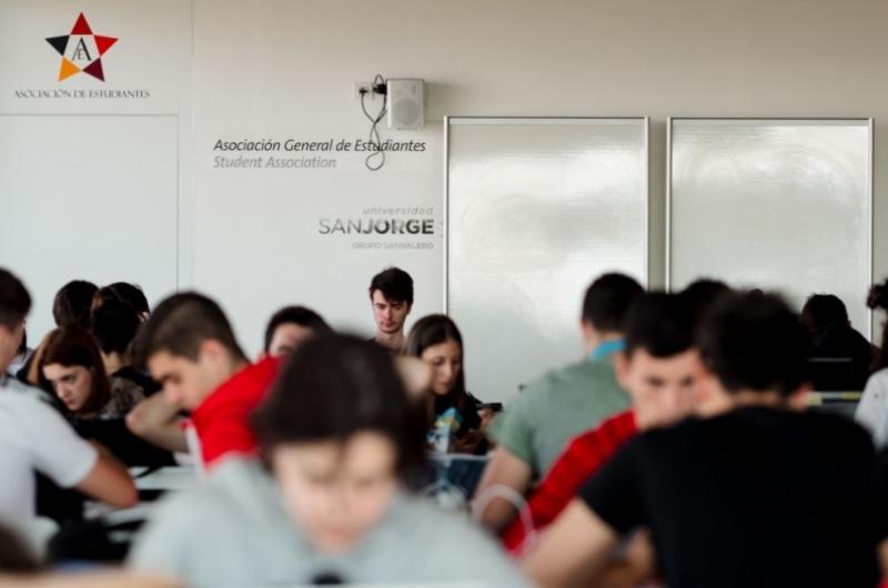 Alumnos estudiando en el Learning Space de la Universidad San Jorge