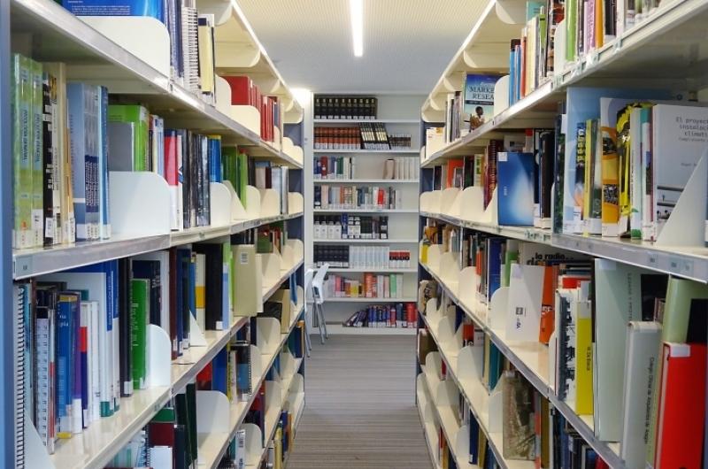 Estanterías con libros de la biblioteca de la Universidad San Jorge