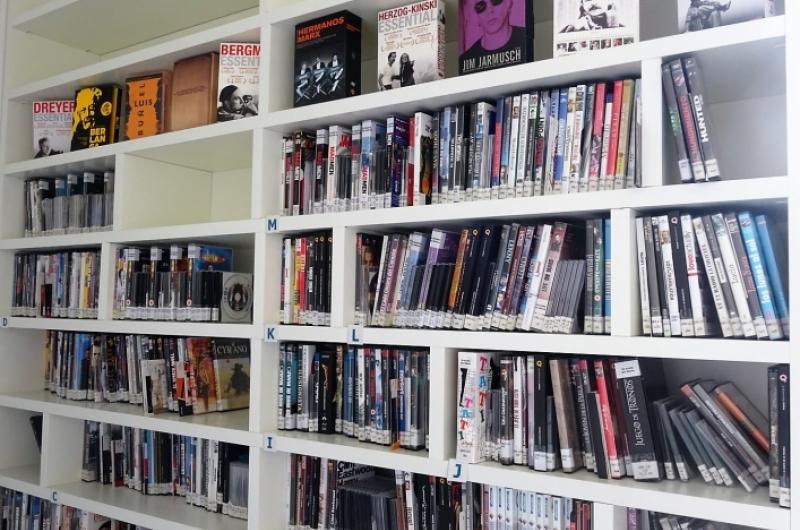 Estantería con libros y CDs de la biblioteca de la Universidad San Jorge