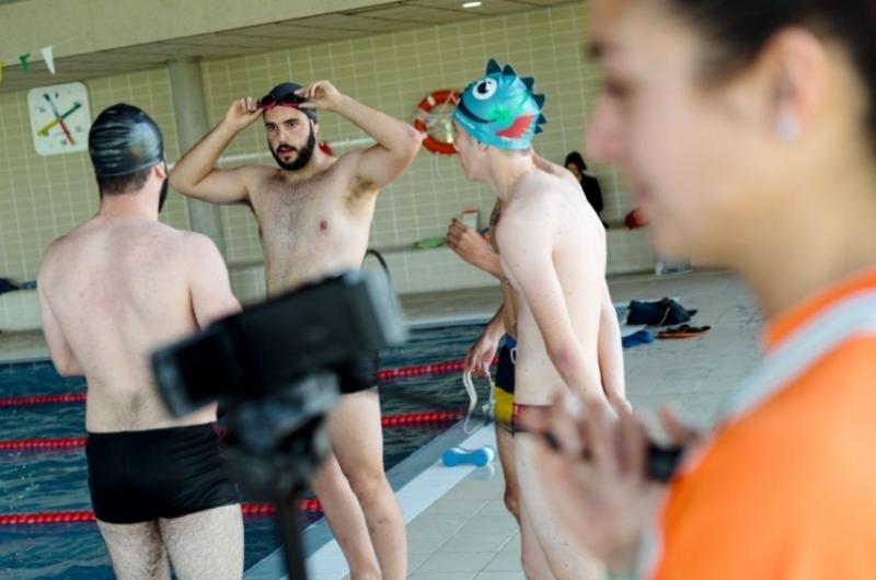 Alumnos del grado en CAFD realizando prácticas en la piscina de la Universidad San Jorge