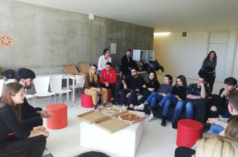 Alumnos y egresados en la Facultad de Comunicación