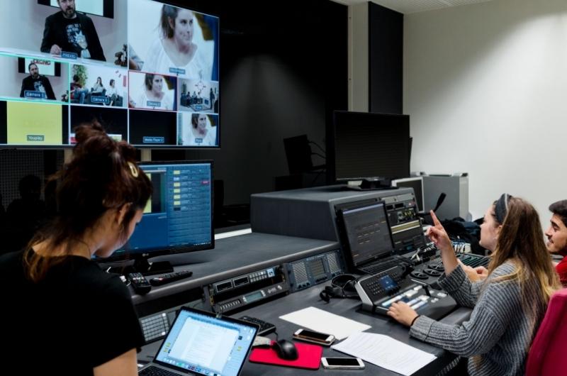 Alumnos del grado en comunicación audiovisual haciendo prácticas en la sala de control de la Facultad de Comunicación y Ciencias Sociales de la Universidad San Jorge