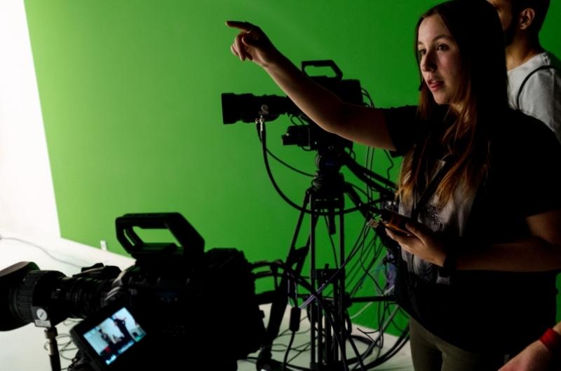 Alumnos del grado en comunicación audiovisual haciendo prácticas en el plató de TV de la Facultad de Comunicación y Ciencias Sociales de la Universidad San Jorge