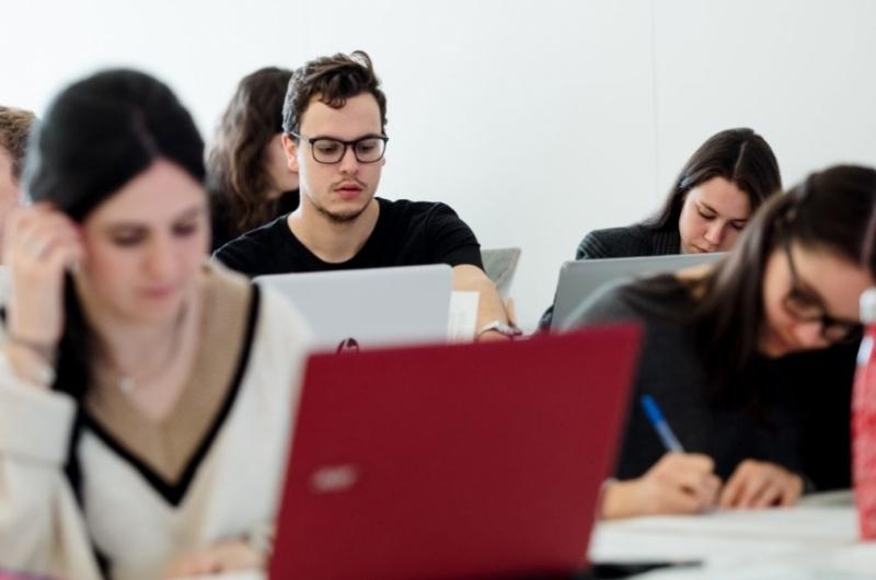 Alumnos en clase del grado en Publicidad y Relaciones Públicas