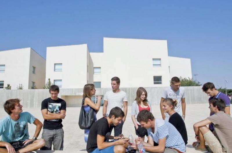Alumnos charlando en la plaza de Rectorado de la Universidad San Jorge