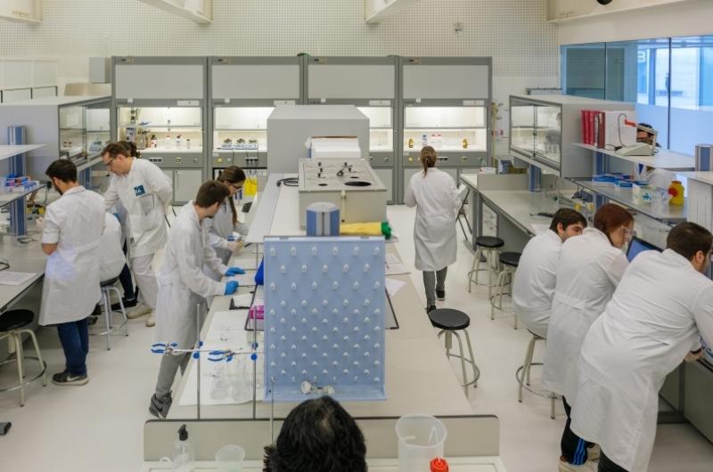 Alumnos en el Laboratorio de la Facultad de Ciencias de la Salud