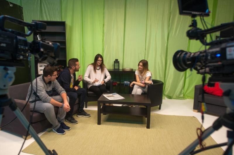 Alumnos del grado de Periodismo en el plató de televisión