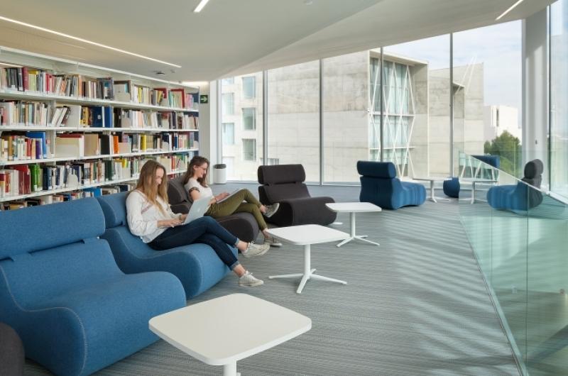 Zona de lectura de la biblioteca de la Universidad San Jorge
