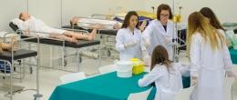 Prácticas del grado en Enfermería. Alumnas en clase.