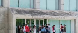 Folleto informativo de los grados de la Facultad de Comunicación y Ciencias Sociales